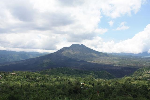 Di Kintamani, bisa foto2 dengan latar gunung dan danau batur. Ni gunung Batur.